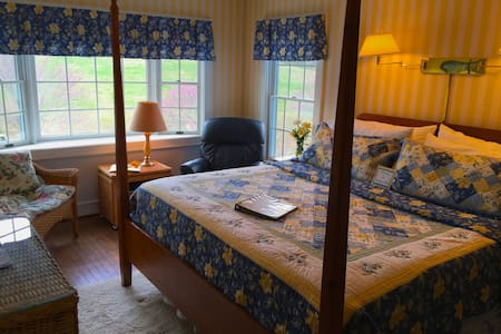 Brierley Hill Bed and Breakfast,  (Love Seat Room) - Lexington - Bed & Breakfast