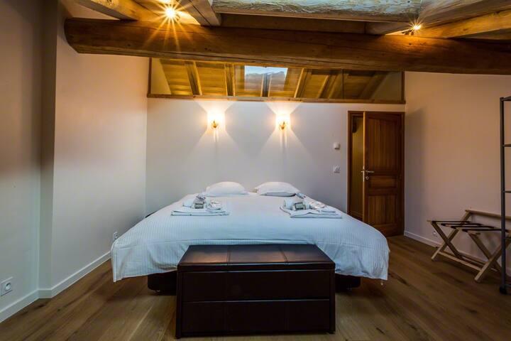 (master) bedroom 5 (2nd floor) - chambre 5, chambre de maître (2e étage)