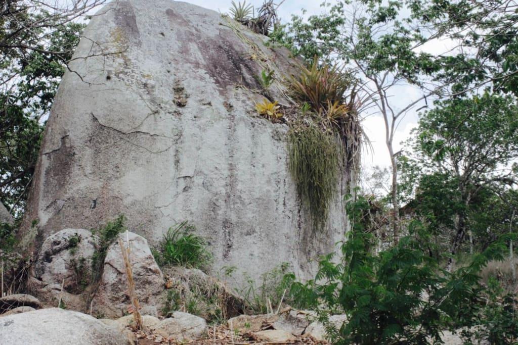 Grandes pedras no terreno da casa