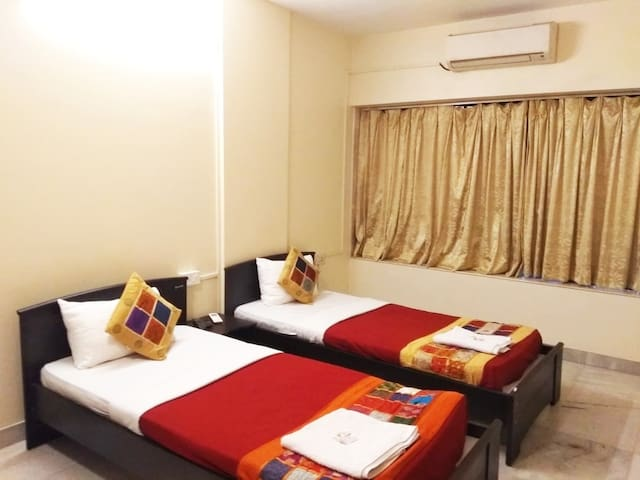 Cozy serviced room for corporates in Prabhadevi