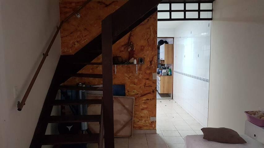Alugo Quarto com cama de casal, casa com 3 andares