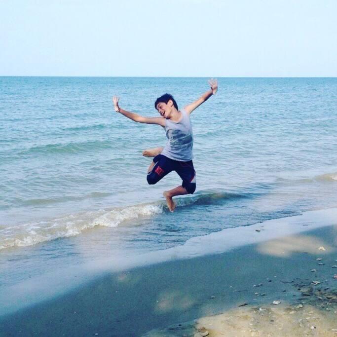 Playa y mar, especial para niños, oleaje muy suave y no es profunda, es baja.