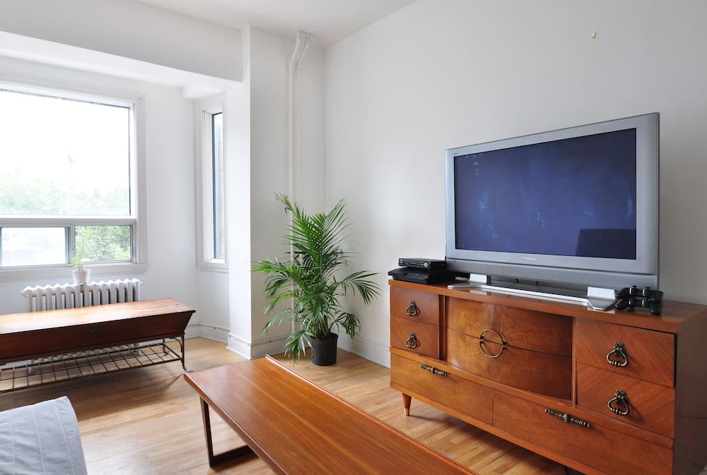 Living room - Sit back and relax with some Netflix, Cable TV (HBO, The Movie Network) and a PlayStation (Photos credits: Marie-Lyne Quirion Photography)