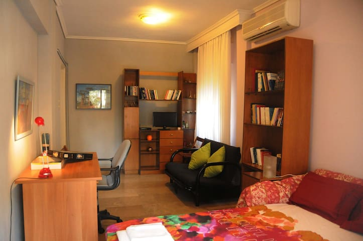 Sunny, spacious flat close to airport&city centre