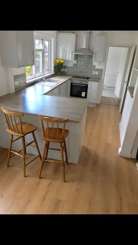 2 bed flat close to Woking station