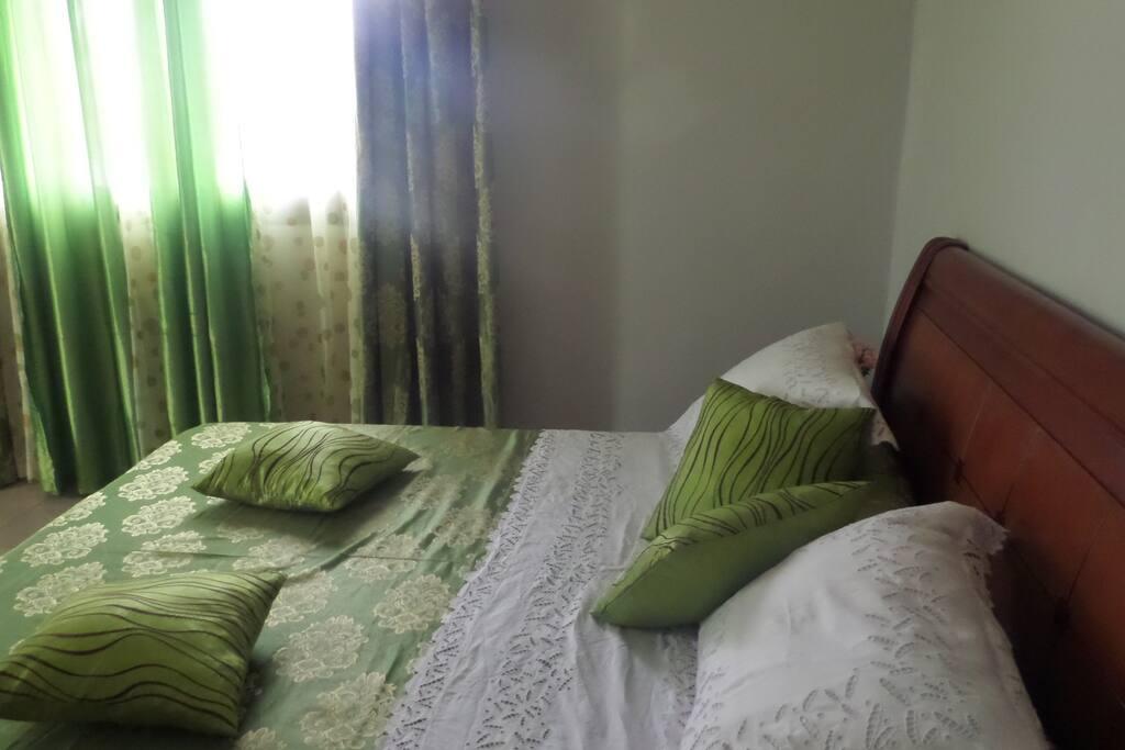 Grande et Belle chambre +très grand lit de 180m terrasse +eau chaude +téléviseur LED