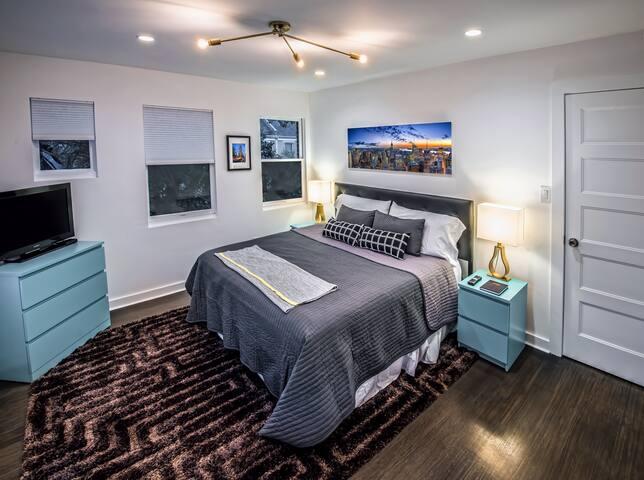 Master bedroom-NYC Suite