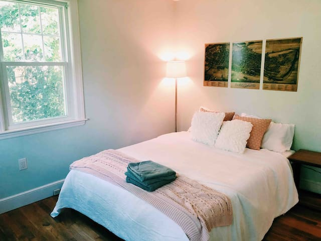 Quaint, Clean, Cozy Bedroom in Cape Elizabeth!