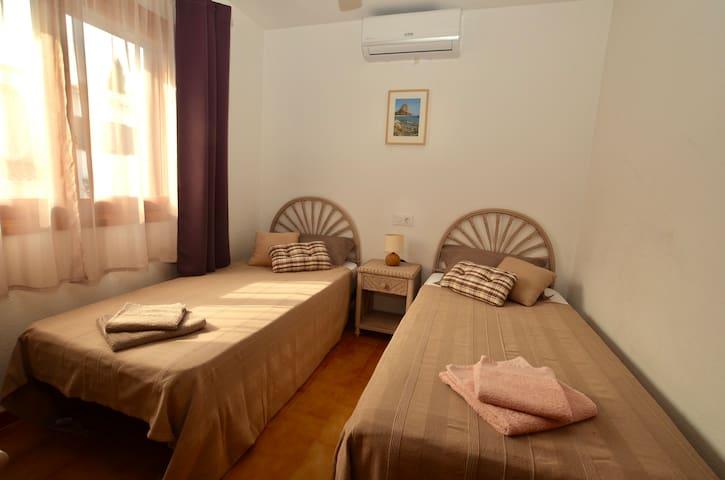 Chambre 1 : Lits : 2 X 90 x 190 Air conditionné Ventilateur  Moustiquaire Volets persiennes orientables   Armoire avec étagères et penderie