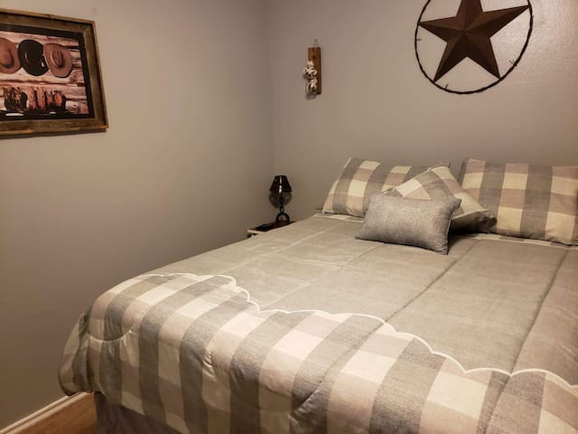 Welcome to D&K's! Private comfortable/clean room!