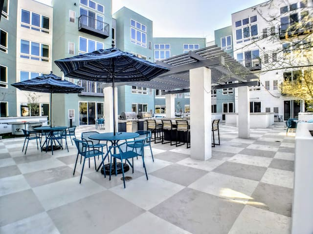 C1➔Rooftop Pool | LightRail | King Bd | Huge Patio