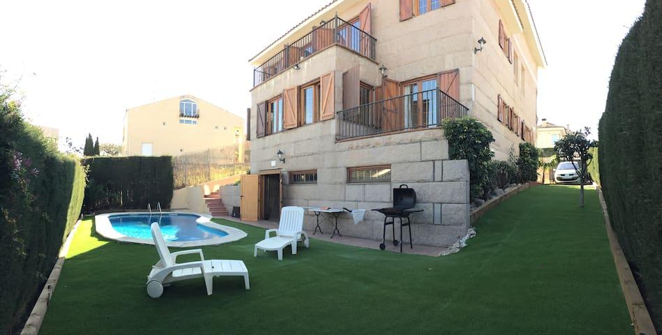 Habitación ROSA con baño y terraza - Alella - House