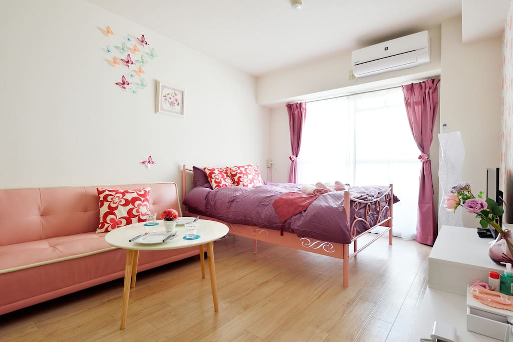 Beautiful bedroom and you would have a good dream here. 漂亮的卧室,你会在这里有个好梦的。