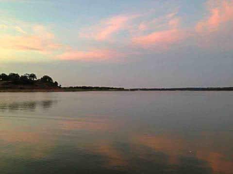 Luxurious Lakefront Getaway, Fun and Fishing