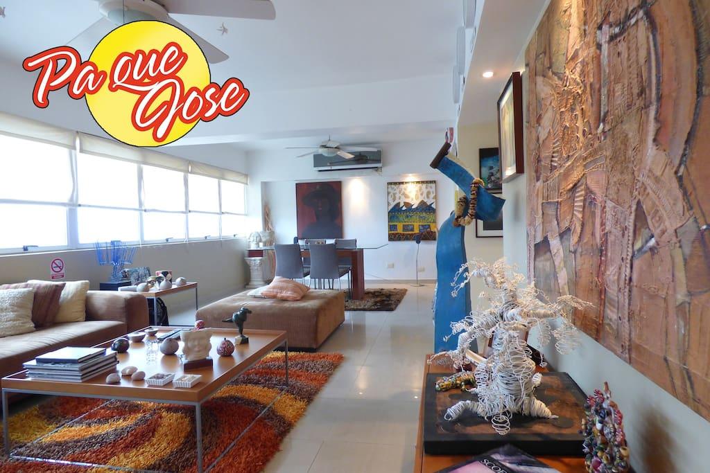 Sala Comedor, llena de pinturas, esculturas, fotos, artesanía y muchas cosas distintas para el disfrute visual.