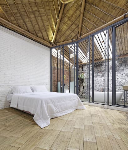 Bedroom 02 with ensuite bath tub