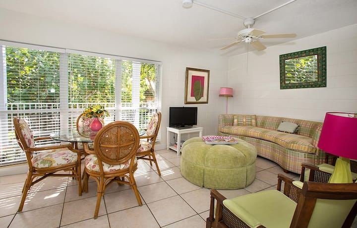 Pink & Green Room - Suite 202