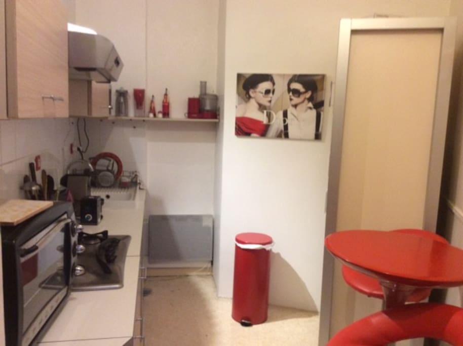 Une vraie cuisine avec micro onde, Nespresso, four, grille-pain... avec table et 2 chaises hautes