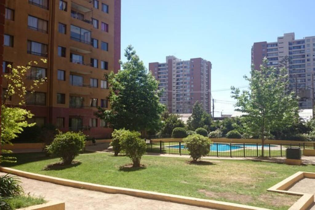Puedes disfrutar de dos piscinas y áreas verdes