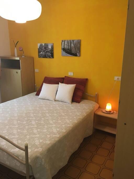 Camera da letto matrimoniale con letto singolo a scomparsa