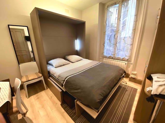Linge de lit fait à votre arrivée ! Led intégrées à la tête du lit.