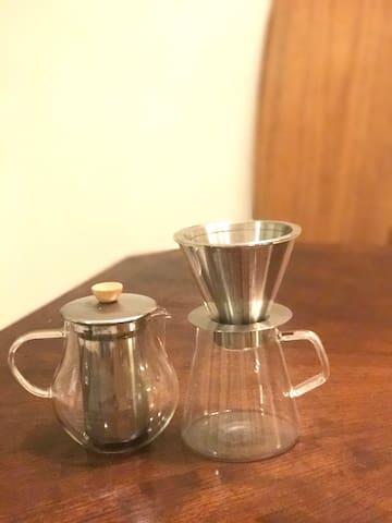 コーヒーもティーもご自由に。 Coffee and tea makers available.