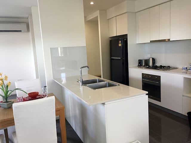 Sunny big room super good location parking request - Strathfield - Flat