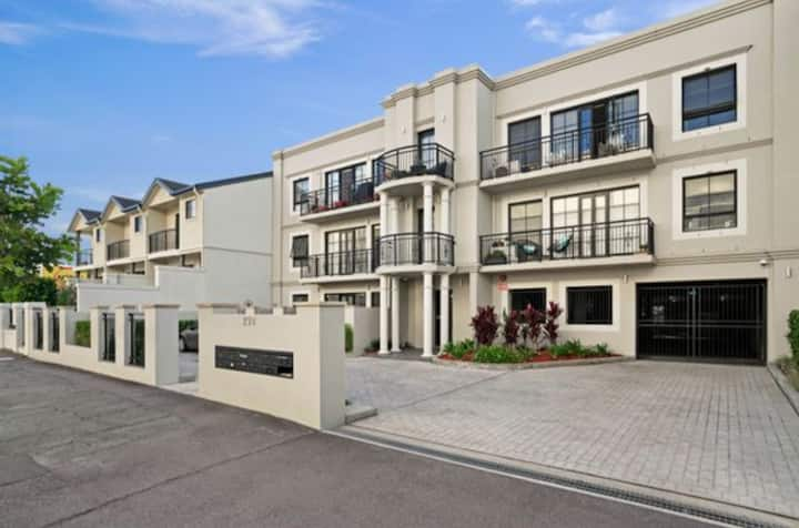 Spacious Darby St apartment, close to beach, cafes