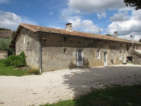Longère dans un village au sud des Deux-Sèvres