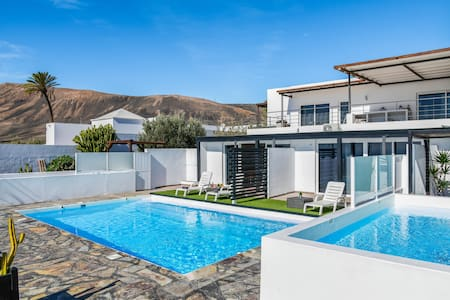 Charming Holiday Apartment Casa Amanecer 3 with Sea View, Mountain View, Pool & Terrace; Parking Available