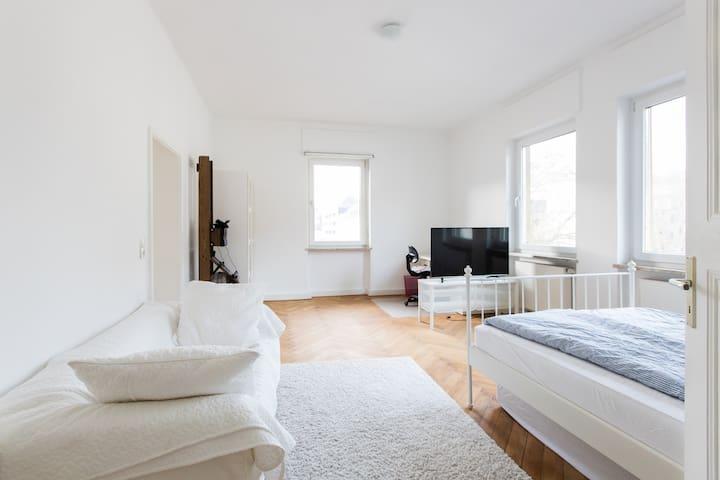 Helles 28qm-Zimmer mit eigenem Bad