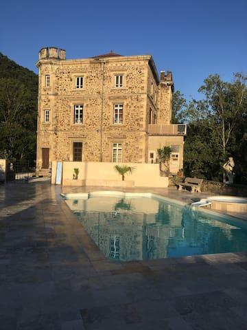L'espace piscine avec vue sur le château