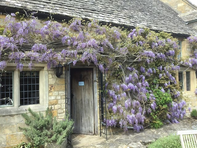 17c CotswoldCottage idylic view  pkg tennis WiFi