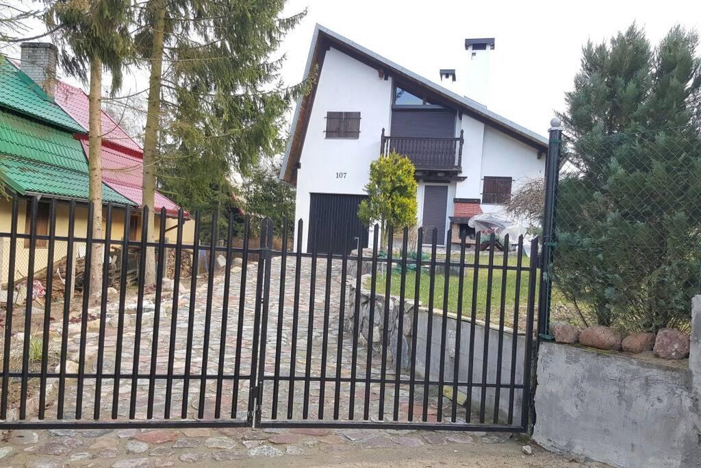 Zamykana brama przed domem