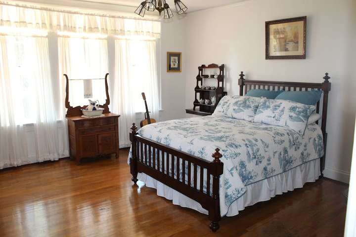 Honey Hill guest room 2