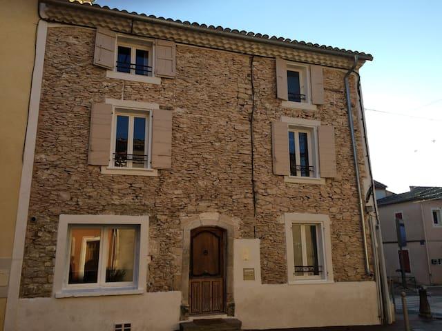 Chaleureuse maison de ville - Villes-sur-Auzon - Townhouse