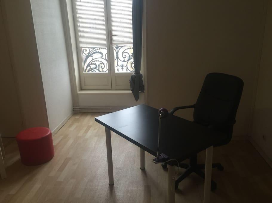 Le petit bureau .