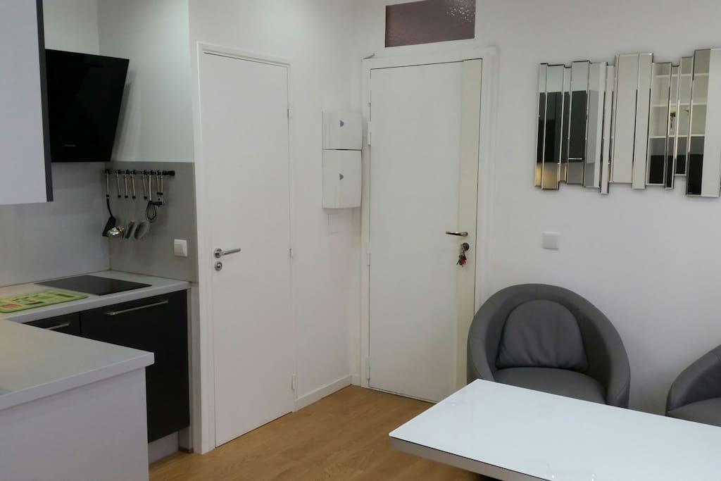 Vue sortie de la chambre face à la porte d'entrée. La porte de gauche est celle des toilettes.