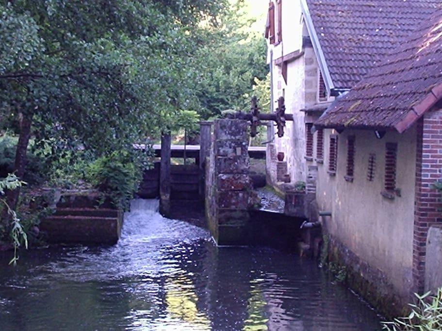 ancien moulin avec les vannes qui fonctionnent