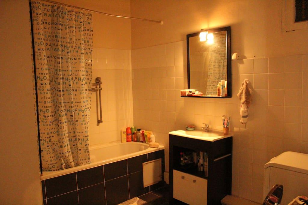 Salle de bain spacieuse, baignoire et grande penderie.