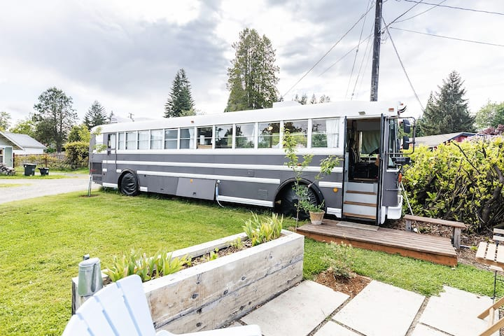 The Skoolie - Romantic Urban Glamping