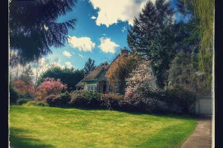 English cottage nestled  in gardens - Federal Way