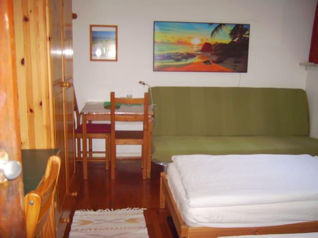 Balkonzimmer 6 für 1-3 Personen.