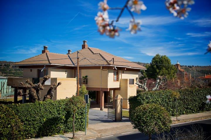 Villa privada situada junto  Monasterio de Piedra