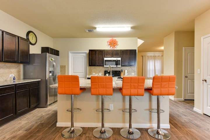Stylish New Home 20 Mins from DTWN & Airpt (3BDR)