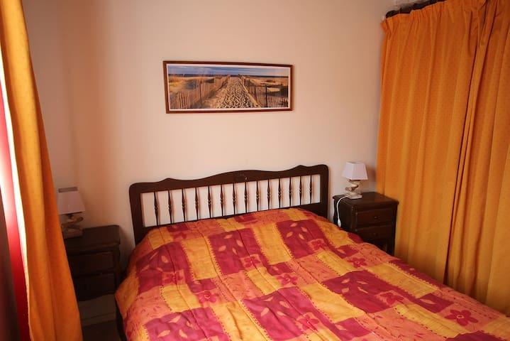 chambre orange lit double
