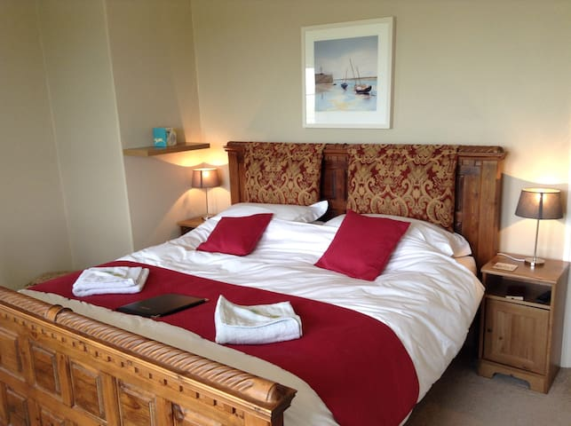 Fabulous large SuperKing & ensuite bath, nr beach - Bude - Bed & Breakfast