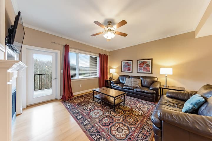 Spacious condo w/ a private balcony & fireplace – close to downtown Gatlinburg!