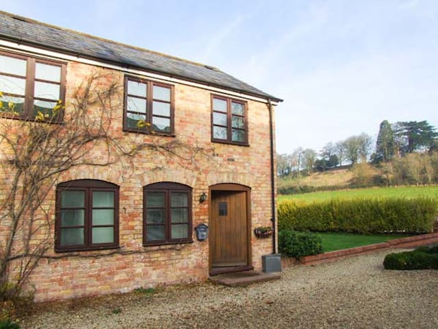 BLUEBELL COTTAGE, family friendly in Newnham-On-Severn, Ref 903742