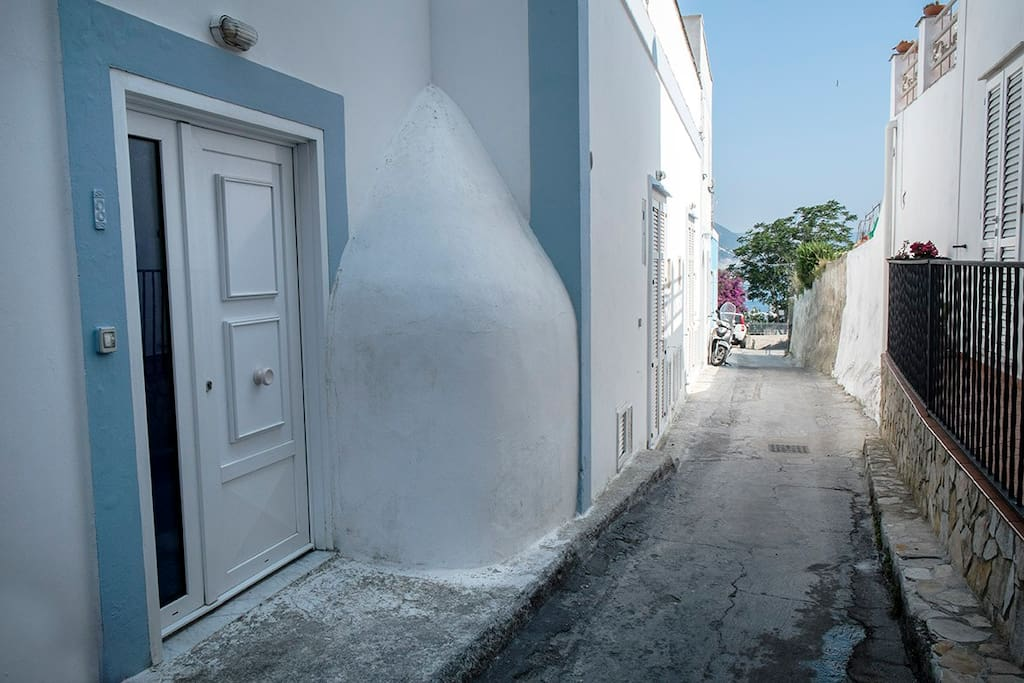strada e porta d'ingresso